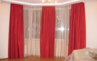 Красные шторы для гостиной — яркие краски в интерьере