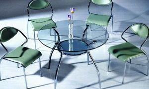 Круглый стол в интерьере комнаты для гостей