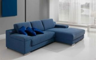Синий диван в интерьере комнаты для гостей