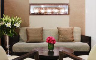 Как оформить гостиную с обоями двух цветов?