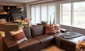 Диван коричневого цвета в интерьере гостиной