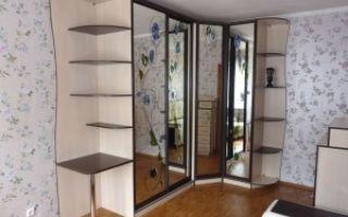Угловые шкафы купе в гостиную комнату — как выбрать?