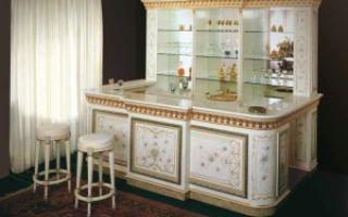 Барная стойка, шкаф и стол в интерьере гостиной