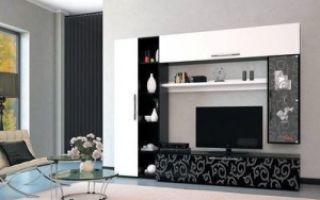 Белый и черный глянец в интерьере гостиной комнаты