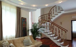 Интерьер гостиной комнаты с лестницей
