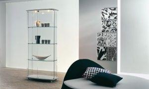 Стеклянные витрины в интерьере гостиной комнаты