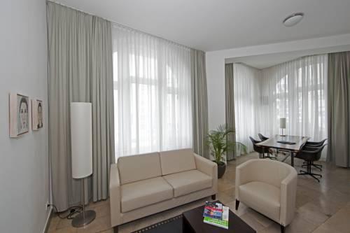 Как расположить диван в гостиной комнате?