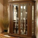 Как выбрать шкаф витрину для гостиной?