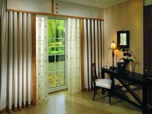 Как выбрать шторы для гостиной с балконом