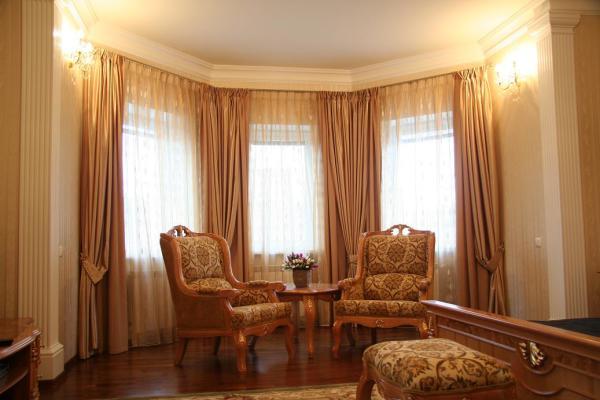 шторы в интерьере большой гостиной