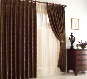 Коричневые шторы в гостиной комнате - уместен ли этот цвет?
