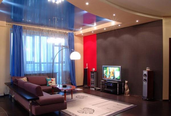 дизайн натяжного потолка в гостиной комнате