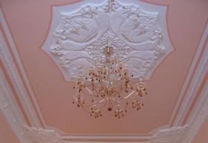 Лепнина на потолке в гостиной — мастерство в дизайне интерьера