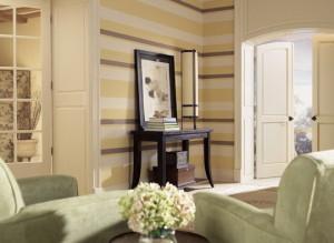 Полосатые обои в интерьере гостиной — оригинальные решения