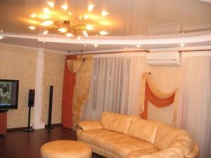 красивый потолок в гостиной комнате