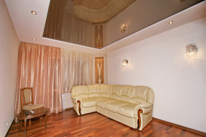 Красивые потолки в  вашей гостиной — советы по дизайну интерьера