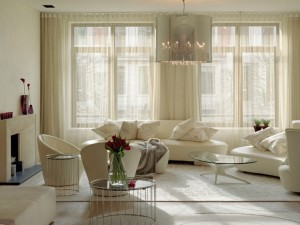 интерьер гостиной с двумя окнами