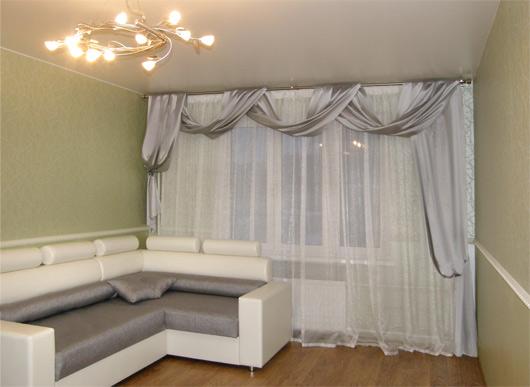 несимметричные шторы в интерьере гостиной