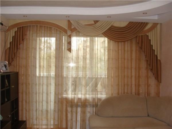 несимметричные шторы в гостиной
