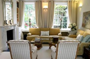 Гостиная с двумя окнами — дизайн интерьера на отлично!