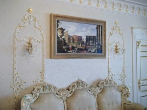 Картинки и рисунки на стене в гостиной — украшаем комнату