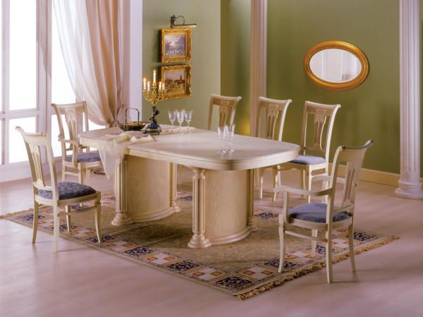 стол со стульями в гостиной