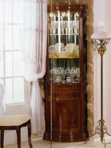витрина угловая стеклянная в гостиной
