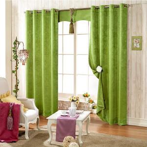 Зеленые шторы в интерьере комнаты для гостей