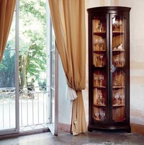 витрина угловая в интерьере гостиной