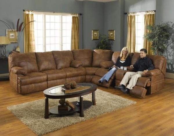 В каком бы стиле ни была оформлена гостиная, главную роль в ней играет мебель, а если быть точнее то мягкая мебель. Кожаная мебель всегда была, есть и будет символом достатка и роскоши. Вот только если раньше такую мебель могли позволить себе люди богатые и зажиточные, то сегодня мебель, обитая кожей, может быть доступна многим. А все потому, что благодаря новым технологиям появилась возможность создавать очень качественную искусственную кожу, обладающую отличными эксплуатационными характеристиками и цена на нее значительно ниже, чем на натуральную. Изделия из кожи в интерьере гостиной смотрятся шикарно, главное умело их подобрать, о чем, мы и постараемся рассказать в данной статье. Достоинства и недостатки кожаной мебели Кожаная мебель – прекрасный предмет интерьера, который, как и любой другой имеет достоинства и недостатки. У такой мебели имеется масса достоинств, но мы рассмотрим лишь основные: 1.С мебели из кожи можно легко стереть загрязнения и пыль, она не впитывает пролитые напитки. 2.Мебель с кожаной обивкой имеет потрясающий внешний вид, такая мягкая мебель достойна самых богатых и изысканных интерьеров. 3.Кожаная обивка более устойчива к истиранию и разрывам. 4.Кожа – натуральный экологически чистый материал, безопасный для здоровья всех членов семьи. Кроме достоинств мебель из кожи имеет немало недостатков. На них необходимо обратить пристальное внимание, поскольку они на наш взгляд достаточно существенны и могут повлиять на выбор. •Кожаная обивка боится воздействия острыми предметами: пишущая ручка, ножницы, когти животных, все это может нанести непоправимый ущерб. •Мебель из натуральной кожи баснословна дорога. •Такую мебель тяжело отчистить  от некоторых видов пятен, например, фломастер, ручка и и другие. Секреты выбора кожаной мебели Для того чтобы мебель прослужила вам длительное время, была комфортной и уютной, нужно основательно подойти к ее выбору. В чем же кроются секреты выбора кожаной мебели, давайте в этом разбираться. •Сначала обращаем внима