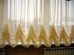 Короткие шторы для гостиной — украшаем окно