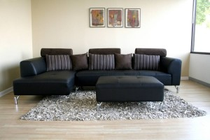 Уместен ли черный диван в гостиной?