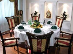 круглый стол в гостиной