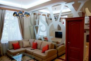 зеркальные стены в интерьере гостиной