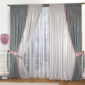 Серые шторы в гостиной комнате
