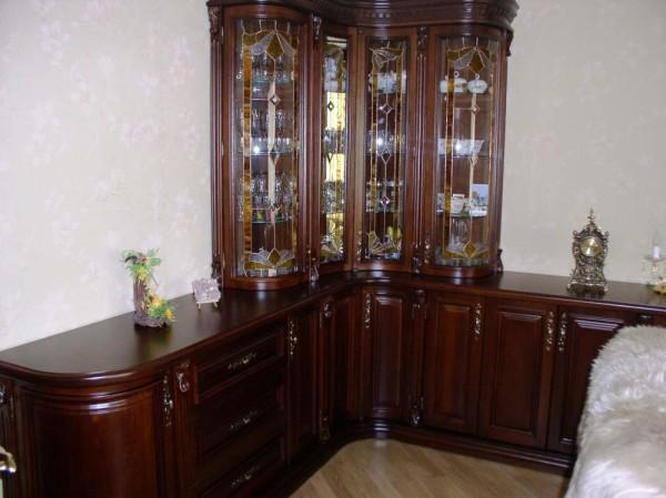 витрина для посуды для гостиной