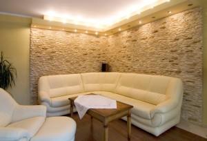 декоративный камень в оформлении гостиной