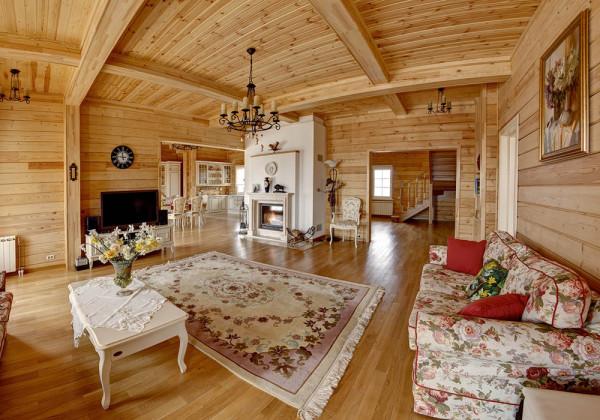 интерьер гостиной в деревянном доме