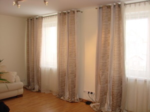 двухцветные шторы в интерьере гостиной