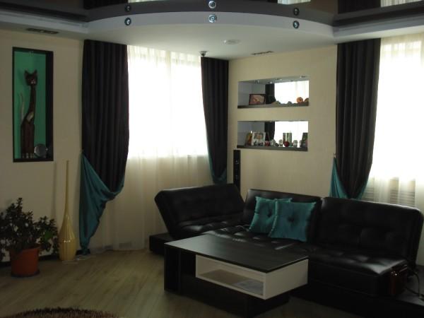 двухцветные портьеры в гостиной