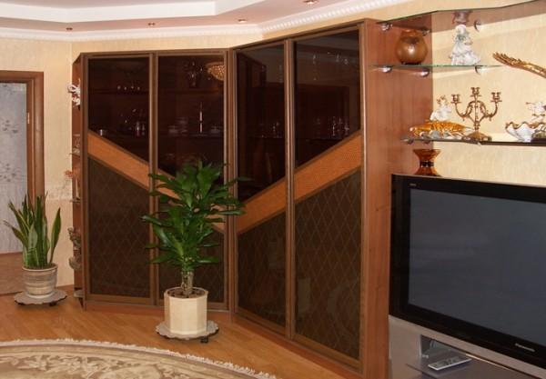 пристенная мебель в интерьере гостиной