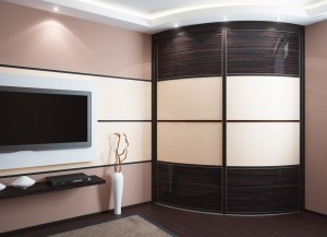 Радиусная мебель в гостиной — обзор