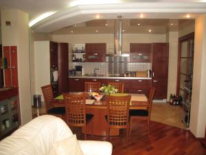 Потолок в гостиной совмещенной с кухней — советы мастера