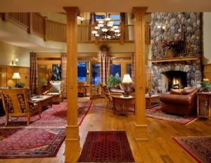 интерьер гостиной с колоннами