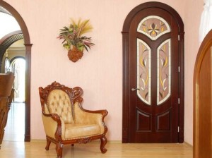 Какие двери выбрать в гостиную комнату