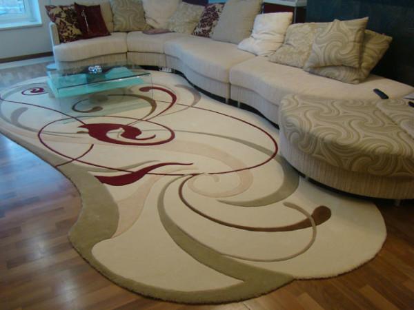 ковер на полу в интерьере гостиной