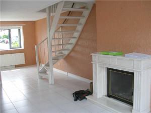 лестница на второй этаж в гостиной