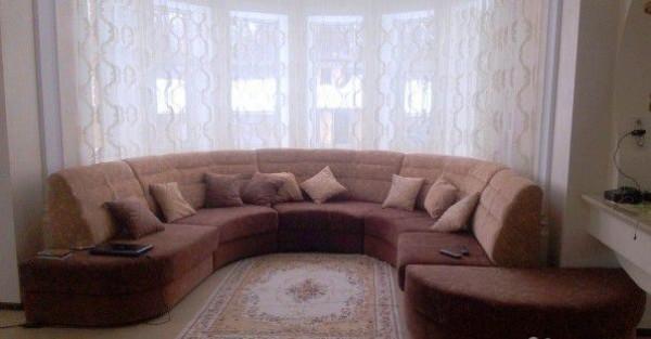 диван в эркере гостиной